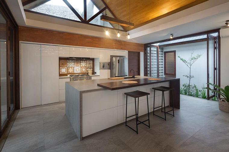 Desain Dapur Sempit Memanjang  masak lebih adem dengan konsep dapur semi oudoor ini 6